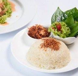 ข้าวมันส้มตำ Rice cooked coconut milk, served with papaya - salad sweetend shreded pork