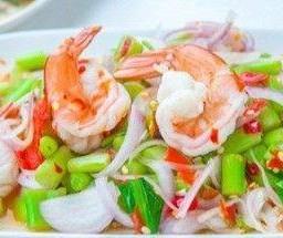 ยำคะน้ากรอบ หมูสับ กุ้งสด Chinese Kale Salad with Minced Pork, Shrimps & Squids