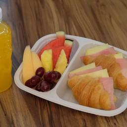 ชุดอาหารว่างครัวซองต์แฮมชีส, ผลไม้รวม, น้ำผลไม้