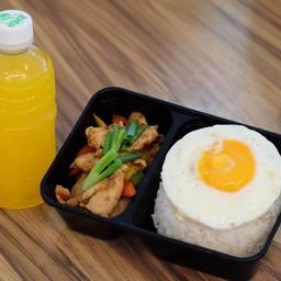 ข้าวไก่ หรือหมู ผัดน้ำพริกเผา ไข่ดาว