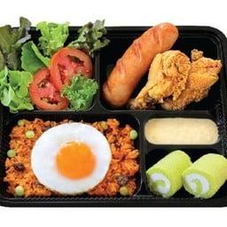 M 15 ข้าวผัดอเมริกัน + ปีกไก่ทอด + ไส้กรอกกระเทียมรมควัน +สลัดผัก+ ครีมโรลใบเตย