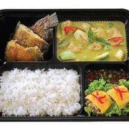 M13 ข้าวแกงเขียวหวานลูกชิ้นปลากราย +ปลาสลิดทอด + ไข่ม้วนทูน่า