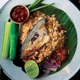 ข้าวผัดพริกคั่วปลาทู