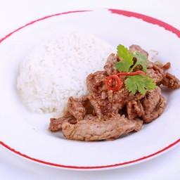 ไก่หรือหมู ผัดกระเทียมพริกไทยราดข้าว