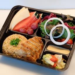 ชุดข้าวผัดกระเทียมแบบญี่ปุ่นและไก่เทอริยากิ
