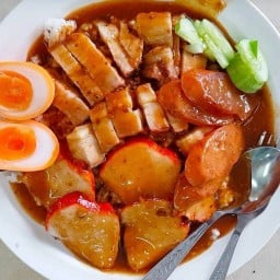 ข้าวหมูแดงสีมรกต Soi Su Korn 1