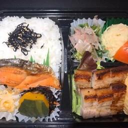 ปลาแซลมอนกับหมูสามชั้นย่างถ่าน