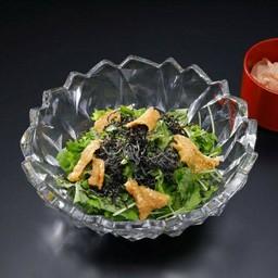 สลัดมิกซูน่าหนังไก่ทอดกรอบและสาหร่ายชิโอ่ะคอมบุ