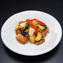 ไก่และผักทอดผัดซอสคุโรสุ