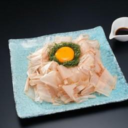 สลัดหอมหัวใหญ่สไลด์โรยปลาแห้งกับไข่ดิบ