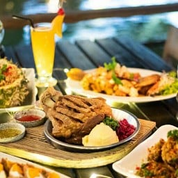 The Good View Village Restaurant & Karaoke แม่เหียะ
