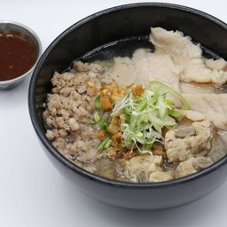 ข้าวต้มหมูสามสหาย (หมูสับ, หมูนุ่ม, กระดูกหมู) Rice Porridge (minced pork, tendered pork, pork ribs)