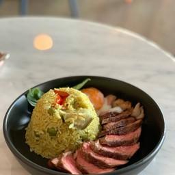 ข้าวผัดแกงเขียวหวานสเต็กเนื้อ+ไข่ออนเซน