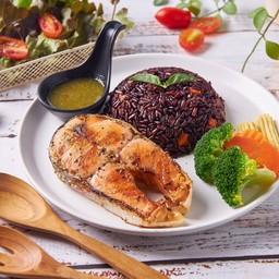 ข้าวไรซ์เบอรี่ผัดกระเทียม + ปลาย่างเกลือ น้ำจิ้มซีฟู้ด Garlic fried rice + grilled fish with Thai spicy sauce