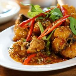 เนื้อปลากระพงทอด ผัดคลุกกับพริกสด รสชาติเยี่ยม