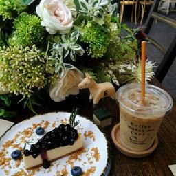 ชีสเค้กที่ไม่เลี่ยนและ ice coffee latte ที่แอบดูดไปแล้วหน่อยนึง