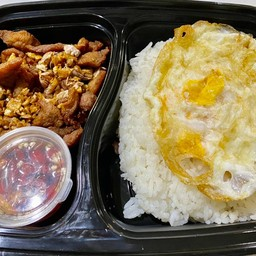 ไก่ทอดกระเทียม+ ไข่ดาว ราดข้าว