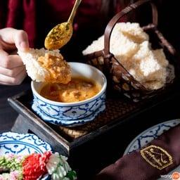 """""""ข้าวตังเสวย"""" (100 บาท) ข้าวตังกรอบ ๆ กินกับน้ำแกงโบราณเข้มข้น เรียกน้ำย่อยได้ดี"""