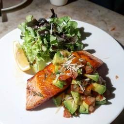 Grilled Norwegian Salmon with Avocado Salsa (360+) แซลมอนดีมาก เนื้อฉ่ำหนังกรอบ