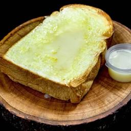 ขนมปังอบน้ำตาลเนยสดและนม