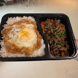 ข้าวกระเพราเนื้อเซอร์ลอยด์ ไข่ดาว (6 กล่อง)