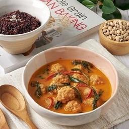 ข้าวไรซ์เบอรี่ + พะแนงพอร์คบอลจำแลง Vegan Pork Ball Panaeng Curry