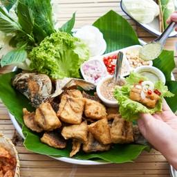"""""""เมี่ยงปลากะพงทอด"""" (350 บาท) ปลากะพงทอดกรอบ กินคู่กับผักสดพร้อมน้ำจิ้มซีฟู้ด"""