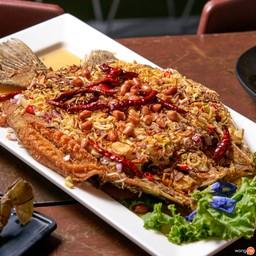 """""""ปลากะพงสมุนไพร"""" (350 บาท) สดจากบ่อ เต็มเครื่องสมุนไพร รสชาติเปรี้ยวหวานกลมกล่อม"""