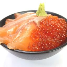 ข้าวหน้าแซลมอนกับไข่ปลาแซลมอน