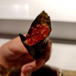 ทูน่าและไข่ปลาแซลมอนห่อสาหร่าย