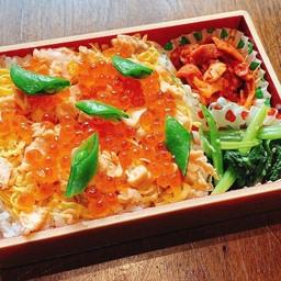 ชุดข้าวกล่องหน้าปลาแซลมอนและไข่ปลาแซลมอน