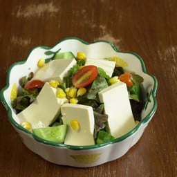 สลัดผักและเต้าหู้เย็น