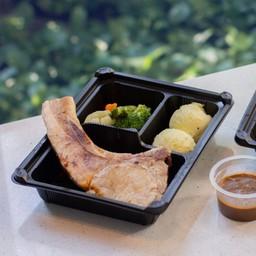 พอร์คชอป เสิร์ฟพร้อมมันฝรั่งและผัก