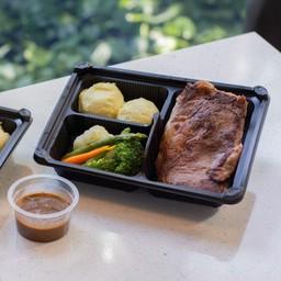 สเต็กเนื้อวัวอาร์เจนตินา เสิร์ฟพร้อมมันฝรั่งและผัก