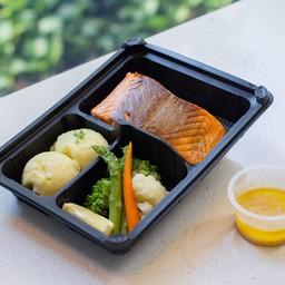 สเต็กปลาแซลมอน เสิร์ฟพร้อมมันฝรั่งและผัก