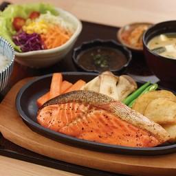 ปลาแซลมอนย่างเกลือกระทะร้อน (จาน)