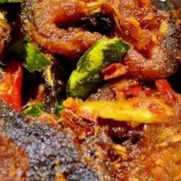 ผัดพริกแกงปลาดุกราดข้าว