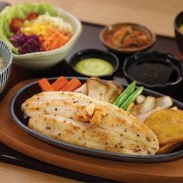 สเต๊กปลาแพนกาเซียสดอร์รี่กระทะร้อน (จาน)
