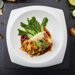 ปลากะพงซอสมะขามเสิร์ฟกับข้าวสวย