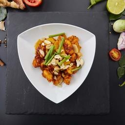 ไก่ผัดเม็ดมะม่วงหิมพานต์เสิร์ฟพร้อมข้าวสวย