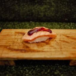 ข้าวปั้นท้องปลาแซลม่อนซอสไซเกียว