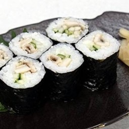 ข้าวห่อสาหร่ายไส้ปลาไหลทะเลต้มซีอิ้ว และแตงกวา