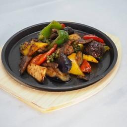 เนื้อผัดผักรวมกับซอสพริกไทยดำ
