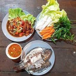 ยายเพ็ญปลาเผา หน้าธนาคารกรุงไทยสาขามุกดาหาร