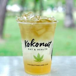 น้ำมะนาวคั้นสดพร้อมน้ำผึ้งที่ให้รสเปรี้ยวนำหวานตามแบบธรรมชาติๆ แก้วนี้คือสดชื่น
