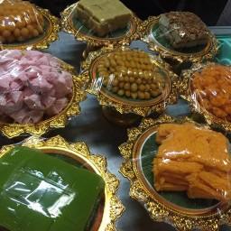 แม่ติ๋มขนมไทย ข้าวเหนียวมะม่วง (ฝั่งเดียวกับศาลหลักเมือง ตรงกลางตลาด) ตลาดราตรี