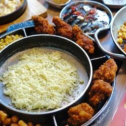 ไก่ทอดกรอบๆสไตล์เกาหลี ที่กินเปล่าๆก็กรอบรสกลมกล่อม ทานพร้อมชีสร้อนๆยืดๆ ยิ่งฟิน