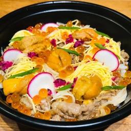 ข้าวหน้าเนื้อวากิวชูชิ ออนท๊อป ไข่หอยเม้น+ไข่ปลาแชลม่อน