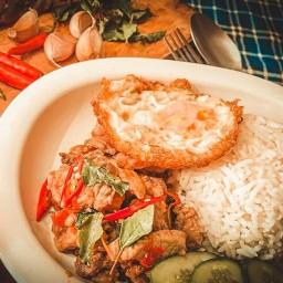 อาหารตามสั่ง กะเพราพริกแห้งสูตรโบราณ ครัวในบ้านป้าแกะ หมูกรอบซอสสไตล์ฮ่องกง กะเพราพริกแห้งนรกแตก(สูตรโบราณ)เจริญกรุง 79