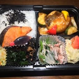 ปลาแซลมอนกับปลาทาระผัดเปรี้ยวหวาน